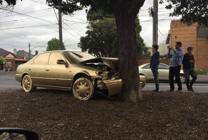 В Австралии покрыли золотом врезавшийся в дерево автомобиль