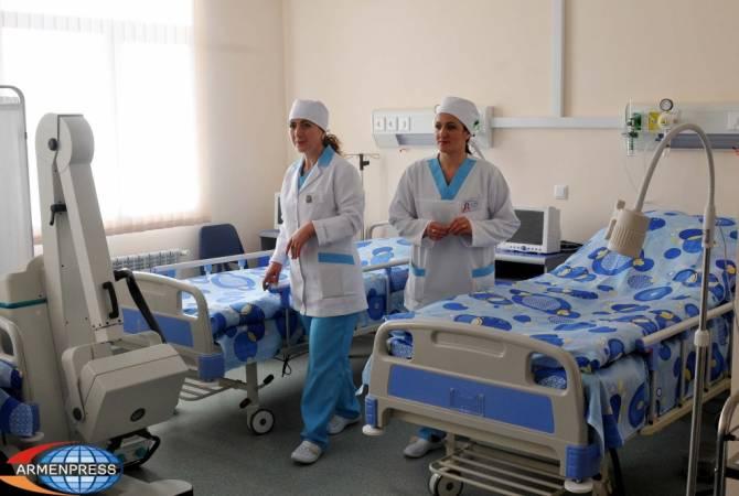 Повысят зарплаты около 10 тысячам врачей и сестер поликлиник и амбулаторий