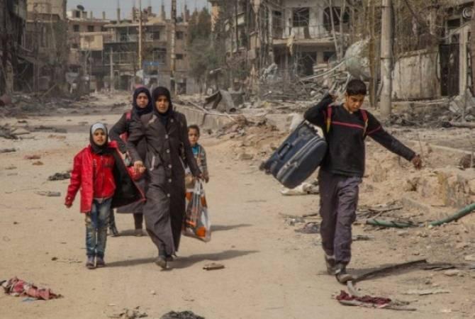 Мирные жители Сирии выходят из Идлиба по гуманитарному коридору, организованному российскими военными