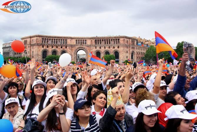 Это митинг единства армянского народа — Никол Пашинян попросил опустить плакаты с воззваниями против кого-либо