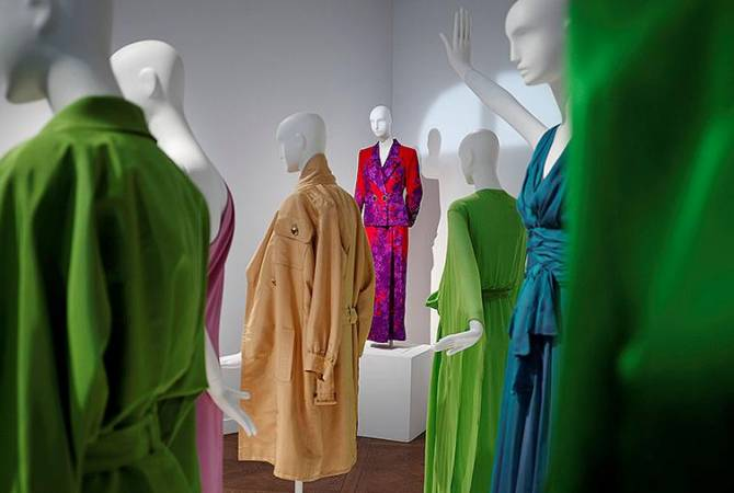 Платья Катрин Денев продали на аукционе почти за €1 млн