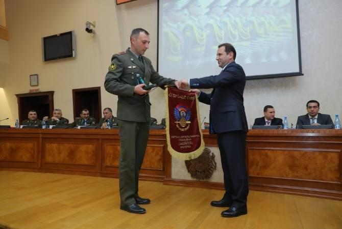 Министр обороны  и начальник  Генштаба ВС  РА наградили военнослужащих, показавших лучшие  результаты в  2018 учебном году