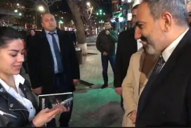 Никол Пашинян подарил книги гражданам