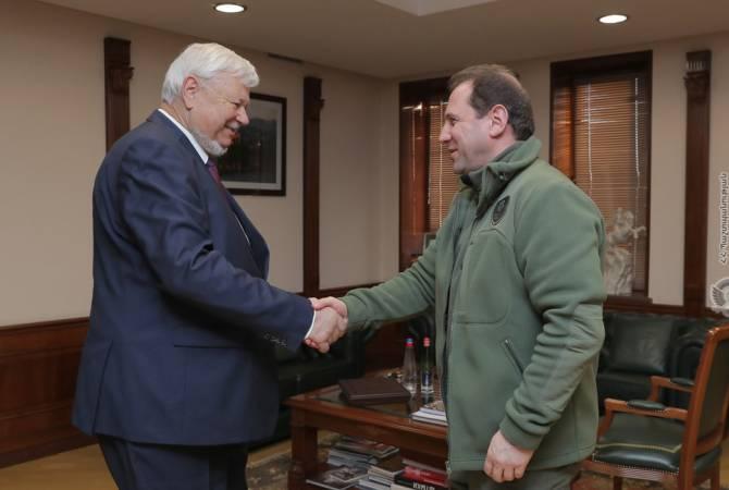 Глава Минобороны Армении принял посла Анджея Каспрщика