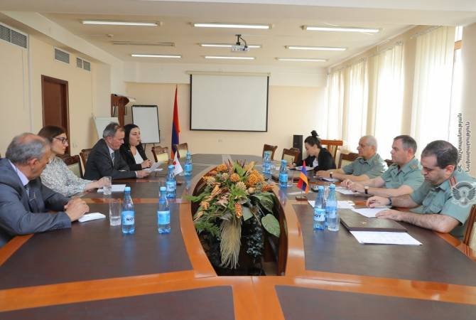 captain of all-purpose body of armenian equip forces receives icrc representatives