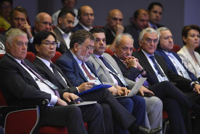 "Economy, finances, fake acumen – ""Summit of minds"" has bulky memo"
