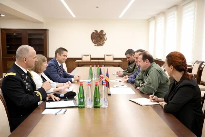 Министр обороны Армении обсудил с послом США вопросы сотрудничества в оборонной сфере