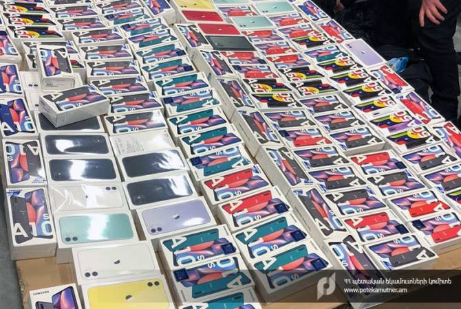 Обнаружены мобильные телефоны, скрытые от таможенного контроля