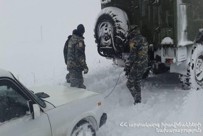 Спасатели вывели из блокады 32 автомобиля