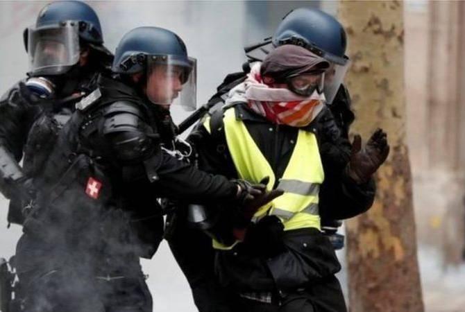 В Париже полиция применила слезоточивый газ во время акции протеста «желтых  жилетов»