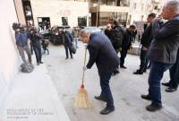 PM delays ceremony after noticing littered surroundings, personally cleans street