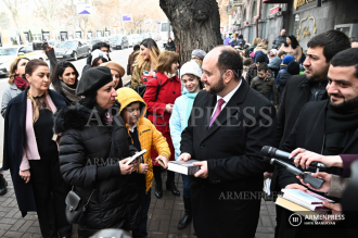 Education minister and staffers surprise passersby on Book 