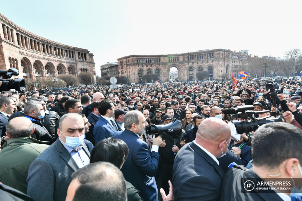 Pashinyan meets supporters in Republic Square
